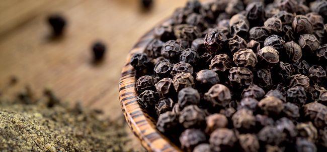 21 Erstaunliche Vorteile von schwarzem Pfeffer (kali mirch) für Haut, Haare und Gesundheit