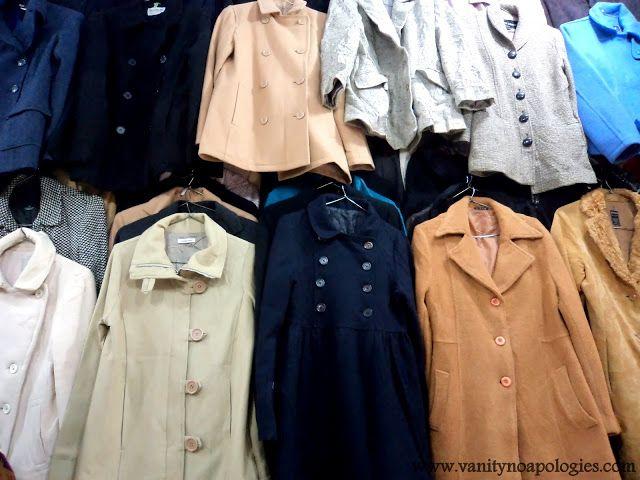 Ein vollständiger tief unten auf thrift shopping - Sarojini Nagar-Markt und Fotos