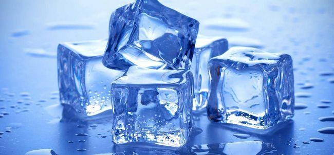 Schönheit mit Eiswürfeln