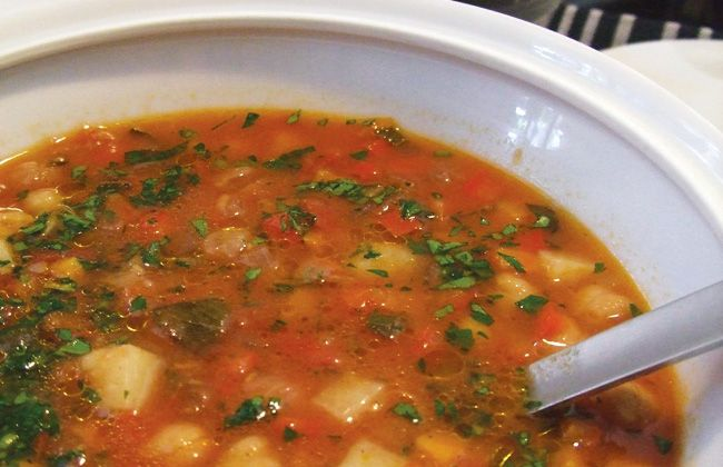 Kichererbse, roter Pfeffer und Salbei Suppe