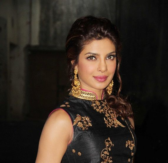 Outfit und Make-up: priyanka chopra auf Bigg Boss 7