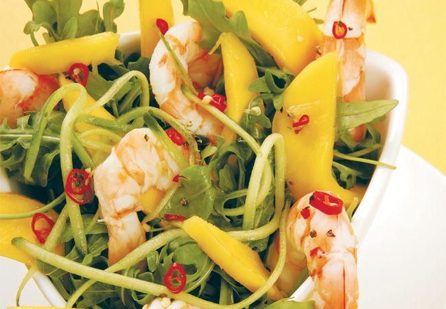 Garnele, Rucola, Mango und Gurkensalat mit einem pikanten Limetten-Dressing